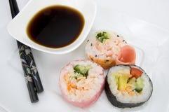 日本与筷子和酱油的桃红色寿司 库存照片