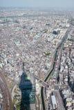 日本东京与skytree塔阴影天线的都市风景大厦 免版税库存图片
