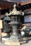 日本东方铁庭院灯笼 库存照片