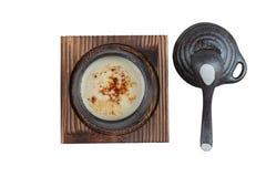 日本乳蛋糕布丁被隔绝的顶视图火炬了点燃在黑陶瓷杯子服务的上面的焦糖 库存照片
