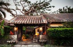 日本人冲绳岛有瓦屋顶的样式房子在庭院里 免版税库存照片