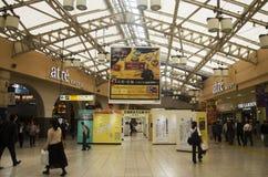 日本人和外国人在大厦里面的旅客参观 免版税库存图片