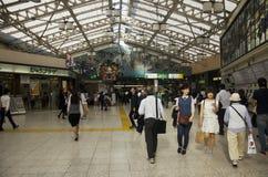 日本人和外国人在大厦里面的旅客参观 库存照片