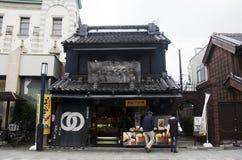 日本人和外国人旅客走的和购物的souv 免版税库存图片