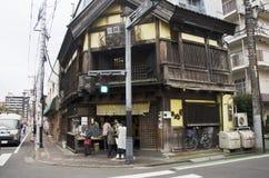 日本人和外国人旅客购物快餐和食物我 图库摄影