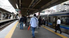 日本人和外国人旅行家走去训练和地铁在Nippori驻地 影视素材