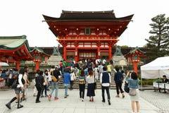 日本人和游人进入Fushimi Inari寺庙 免版税库存照片