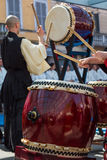 日本人在传统展示期间的Taiko鼓手 免版税库存照片