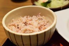 日本人在传统陶瓷碗的糙米 免版税图库摄影
