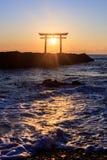 日本人在日出的寺庙门 免版税库存图片