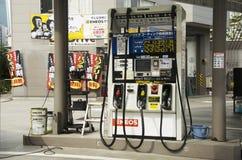 日本人的加油站填装油到汽车在新宿c 免版税库存照片