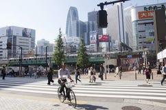 日本人走的行人穿越道交易路和骑自行车的bicycl 免版税图库摄影