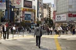 日本人走的行人穿越道交易路和骑自行车的bicycl 库存照片