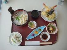 日本人Kaisen膳食、天麸罗、面条、米和腌汁 免版税库存图片