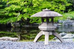 日本传统石灯笼在一个公园在东京 图库摄影