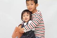 日本使用与摇马的兄弟和姐妹 库存照片