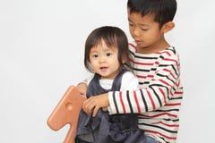 日本使用与摇马的兄弟和姐妹 免版税库存图片
