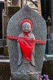 日本儿童严重寺庙-明亮的红色围巾 免版税库存图片