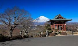 日本公园有富士山背景 免版税库存图片