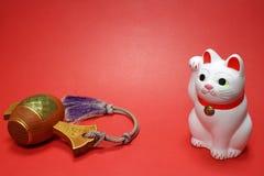 日本召唤的猫和幸运的短槌关闭在红色#2 图库摄影