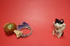 日本召唤的猫和幸运的短槌在红色#2 库存图片
