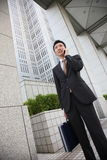 日本商人与一个手机谈话 库存图片