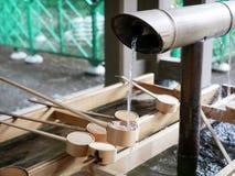 日本圣水的水浸染工在美济礁寺庙东京 免版税图库摄影