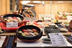 日本塑料食物复制品在餐馆窗口里 免版税库存图片