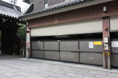 日本多故事自动化的停车处 库存图片