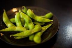 日本大豆当在黑盘的开胃菜食物 库存图片