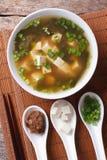 日本大酱汤和成份 顶视图垂直 免版税图库摄影