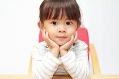 日本女孩在她的手上的休息她的下巴 免版税库存照片