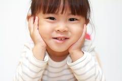 日本女孩在她的手上的休息她的下巴 免版税图库摄影