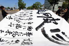日本女小学生争夺书面技术 免版税图库摄影