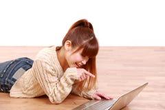 年轻日本妇女发现了某事在互联网上 免版税库存照片