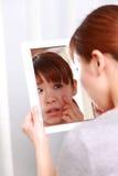 年轻日本妇女担心干燥粗砺的皮肤 免版税库存照片