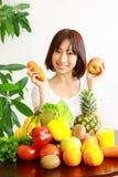年轻日本妇女用水果和蔬菜 免版税库存照片