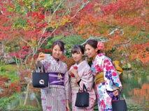 年轻日本妇女穿采取selfie的一件传统礼服由手机 免版税库存图片