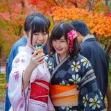 年轻日本妇女采取与一个手机的selfie 免版税库存照片