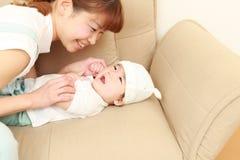 日本妈妈和她的婴孩 免版税库存图片