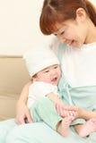 日本妈妈和她的婴孩 库存图片