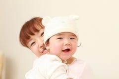 日本妈妈和她的婴孩 免版税库存照片