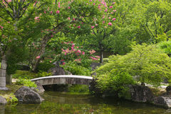 日本姬路姬路Koko en庭院向在小河的桥梁扔石头 库存图片