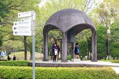 日本学生在广岛和平公园参观 免版税库存照片