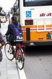 日本学生女孩骑马自行车在完成以后回去在家 免版税库存照片