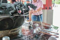 日本寺庙洗涤手 免版税库存照片