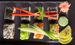 日本寿司在土气黑暗的背景设置了 库存图片