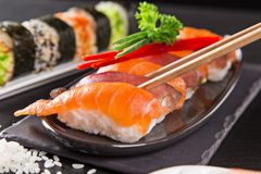 日本寿司在土气黑暗的背景设置了 免版税库存图片