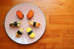 日本寿司顶视图在五颜六色的板材的 免版税图库摄影