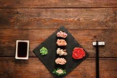 日本寿司 新套gunkan在黑板岩 图库摄影